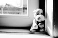 Игрушка грустный медведь. Ребёнок, детство. Светлогорск.