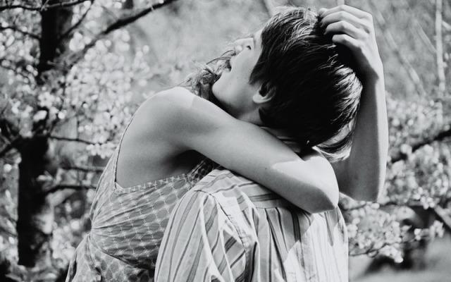 Парень и девушка обнимаются, любовь