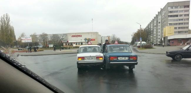 ДТП возле кинотеатра Юность, автомобиль учебный Жигули 2014-10-22