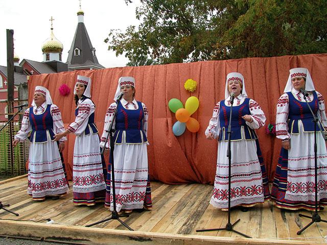 агрогородок Боровики отметил 200-летие, женщины, танцы, сцена, концерт, праздник