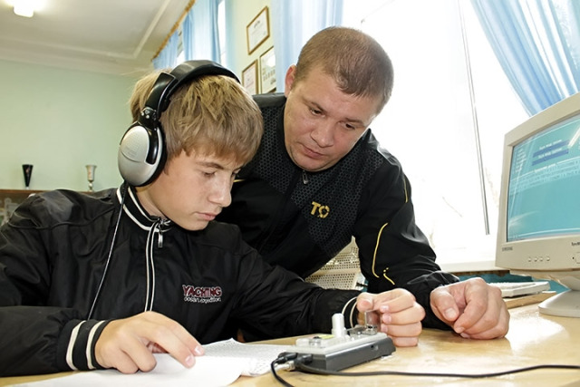 заслуженный мастер спорта Олег Островский с учеником – сыном Алексеем Островским, радиотелеграфия.