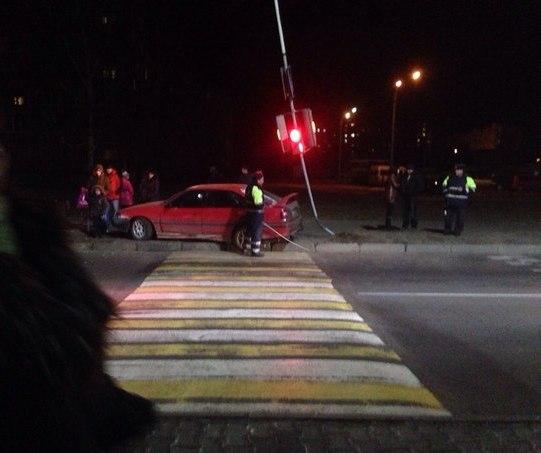 ДТП на пешеходном переходе, светофор, автомобиль