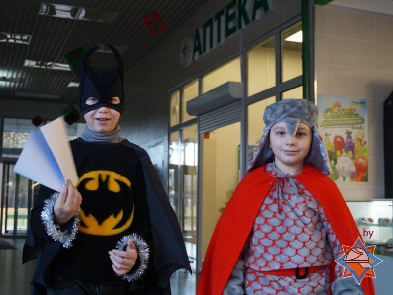 Новый год, акция МЧС возле Родной стороны, 25 декабря 2014, дети в кастюмах 4