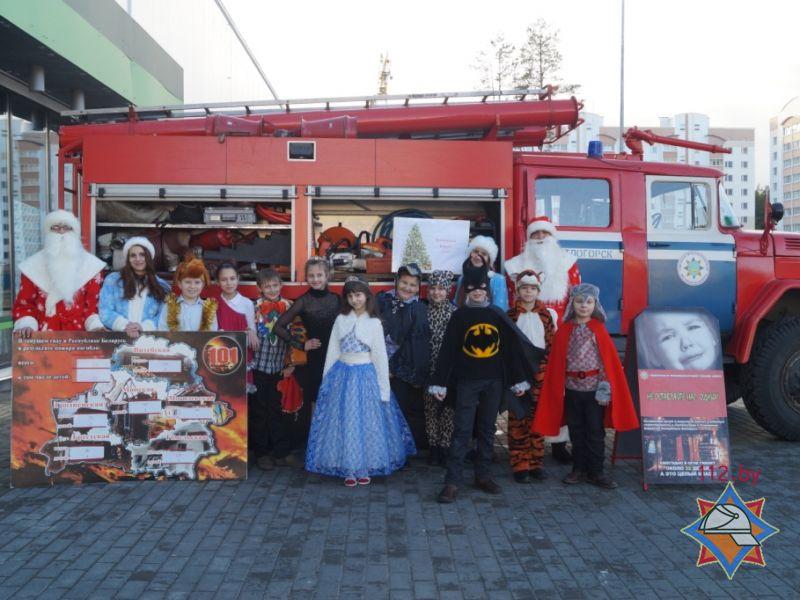 Новый год, акция МЧС возле Родной стороны, 25 декабря 2014, дети в кастюмах