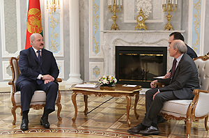 Лукашенко и президент Европейской легкоатлетической ассоциации Хансйорг Вирц. 2015.01.08
