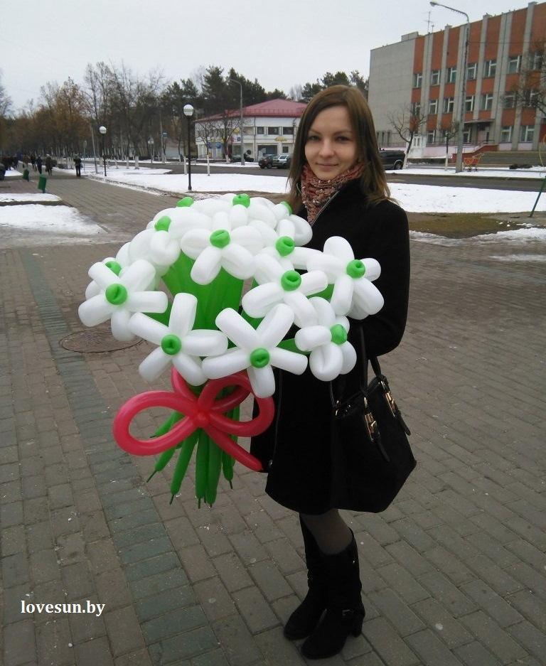 Юля Тихомирова, надувные цветы ромашки, девушка 1