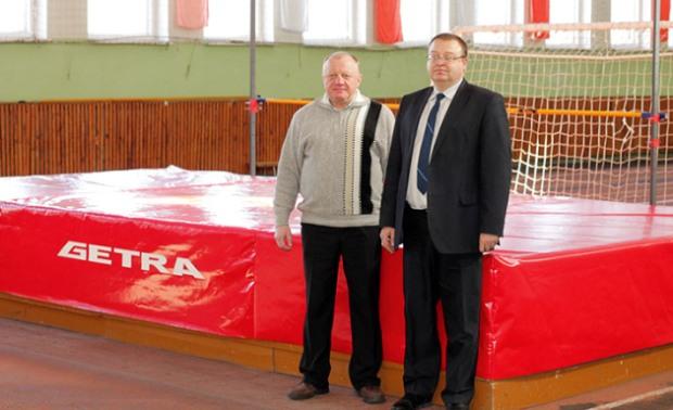 Николай Мазейко и Андрей Сущевич в легкоатлетическом манеже возле нового сектора для прыжков в высоту