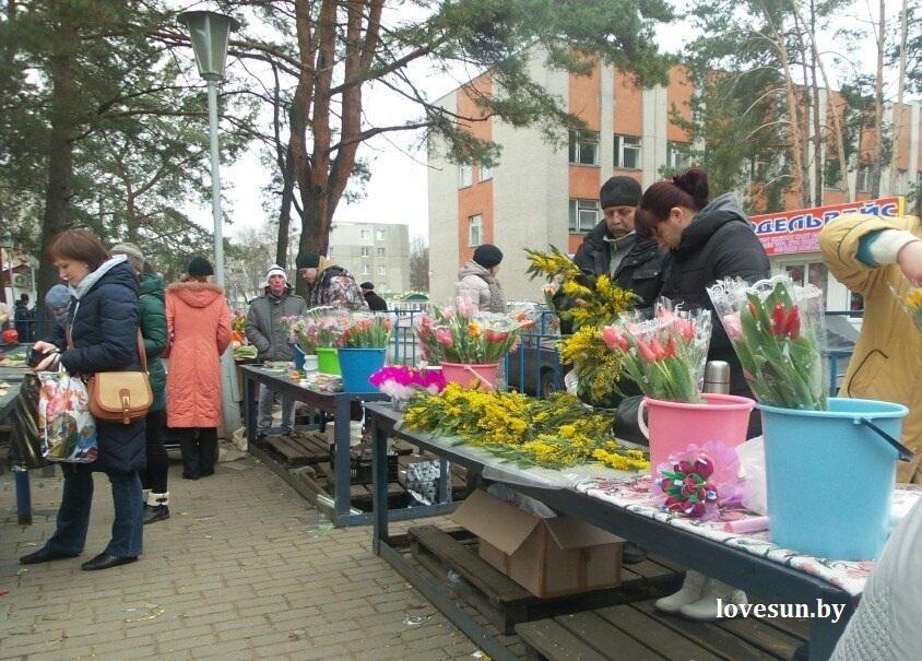 8 марта город, цветы, люди 61