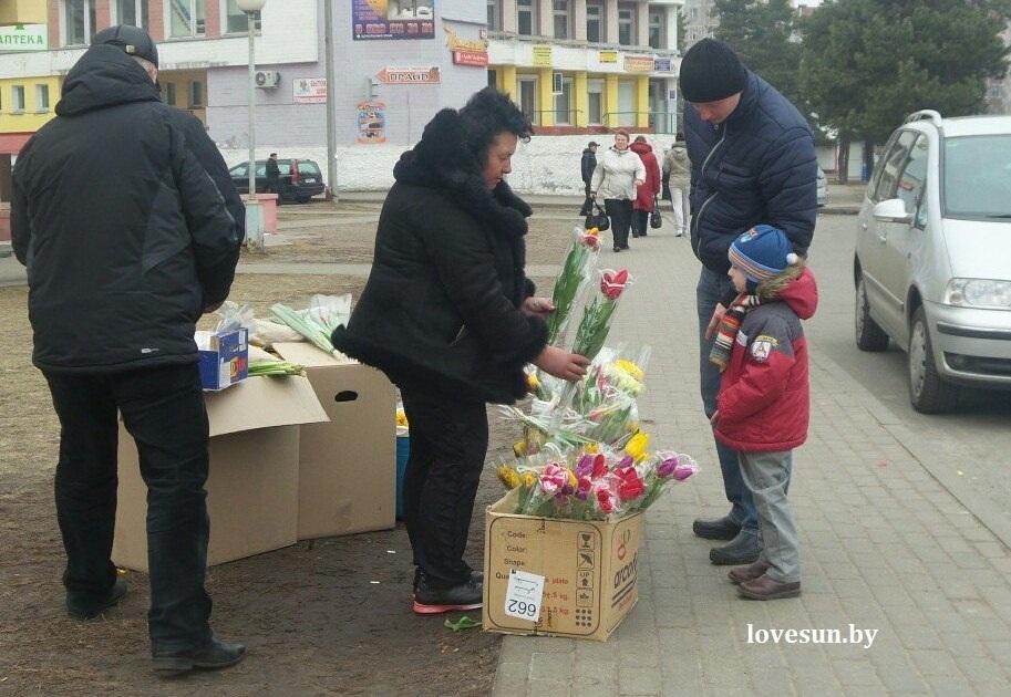 8 марта город, цветы, люди 71