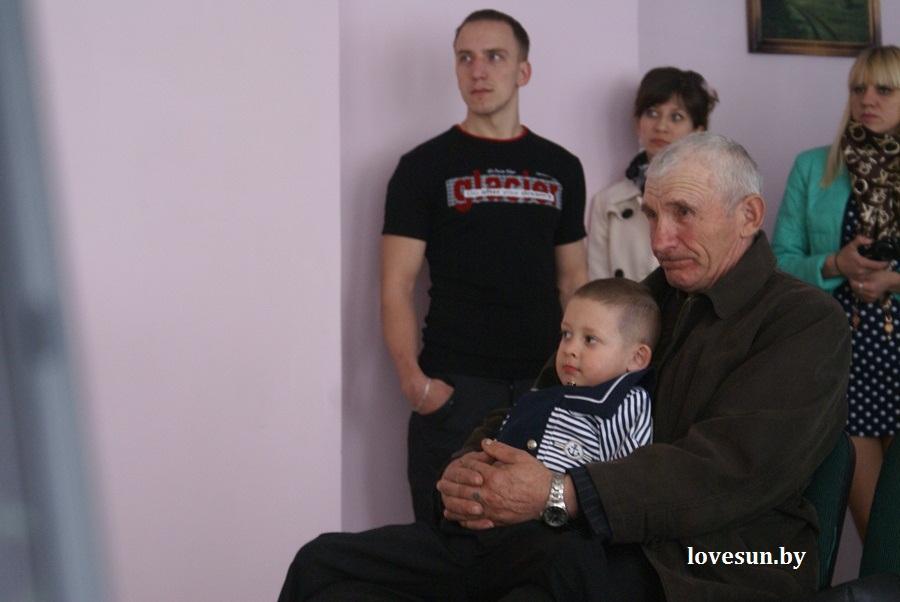 2014.04.04 благотворительная акция светлогорского автоканала , дедушка и мальчик