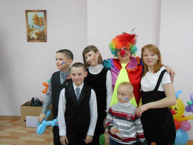 Дети и клоун на благотворительном вечере автоканала