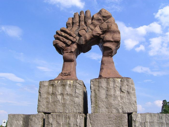 Скульптура La voûte des mains в Хельмштедте. Скульптор Хосе Кастель