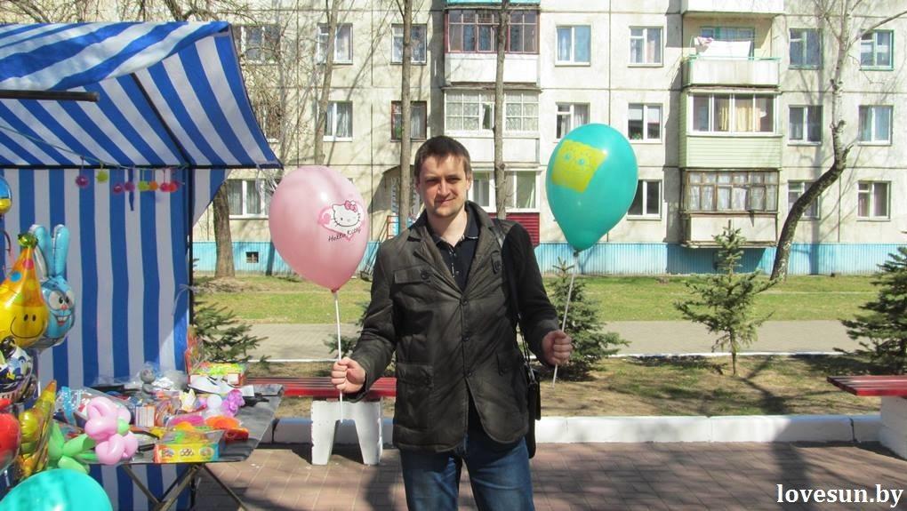 парень с шарами