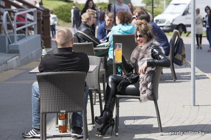 День победы в Минске девушка пьет пиво