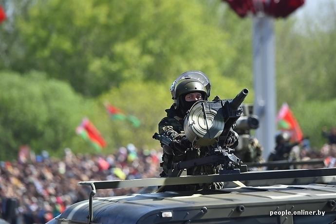 Парад 9 мая в минске, военный в маске