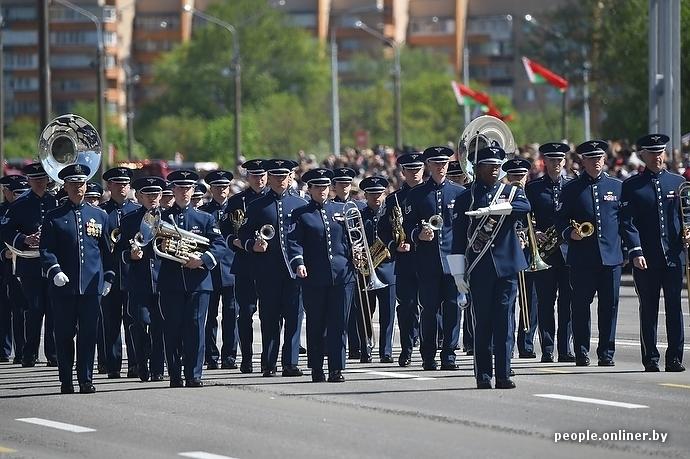 Парад день победы в Минске американский оркестр