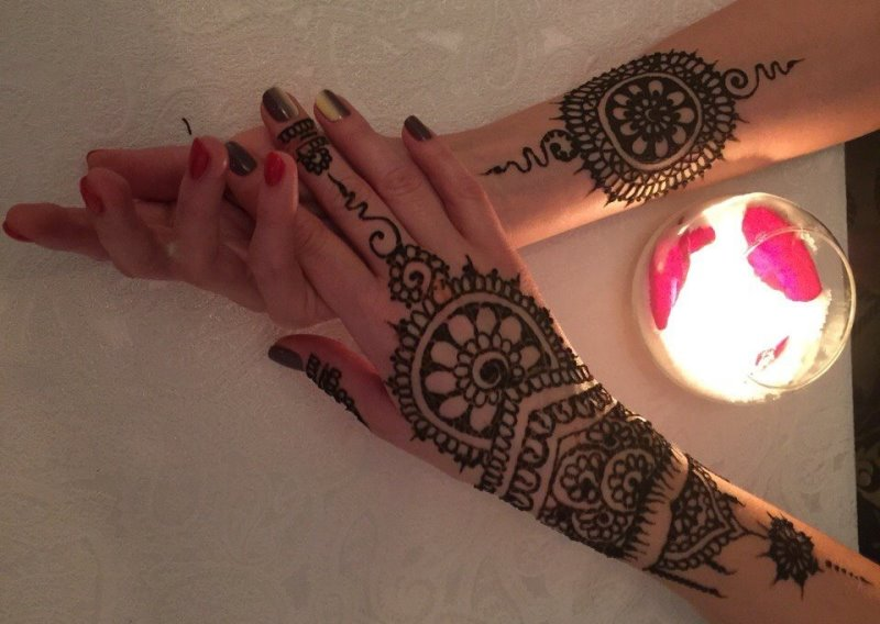 мехенди роспись на руках девушка (4)