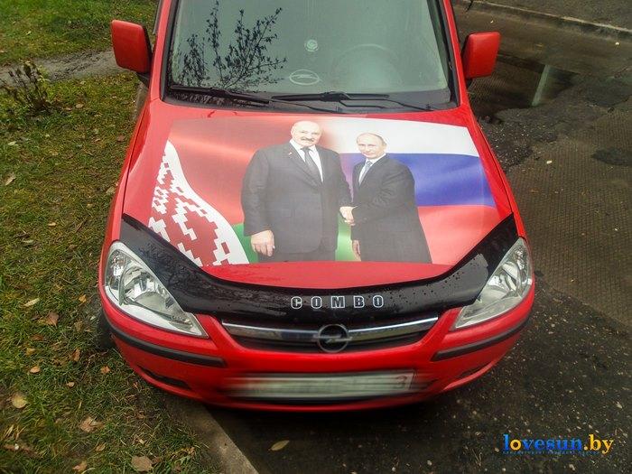 Автомобиль опель с флагами и президентами Лукашенко и Путиным