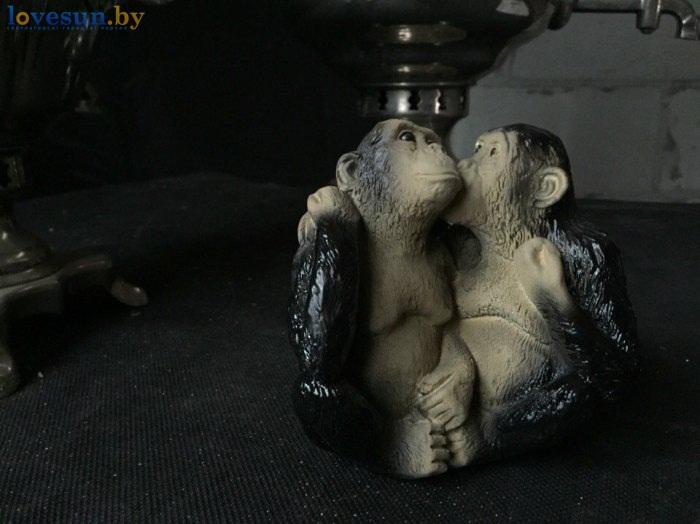 обезьяны целуются фигурка сувенир