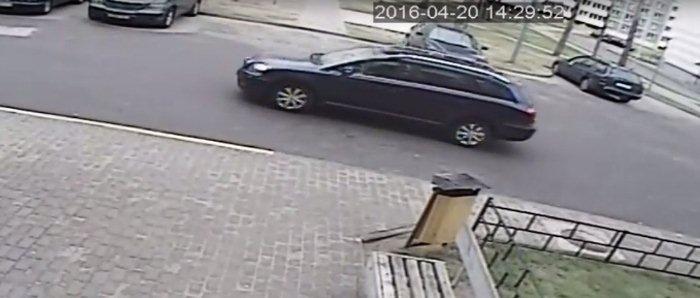 автомобиль иномарка во дворе Спевак