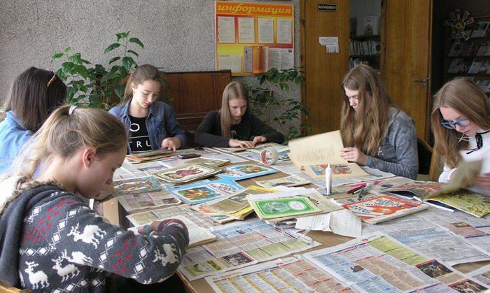 дети ремонтируют книги