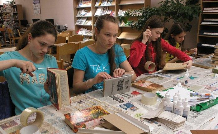 девушки ремонтируют книги дети