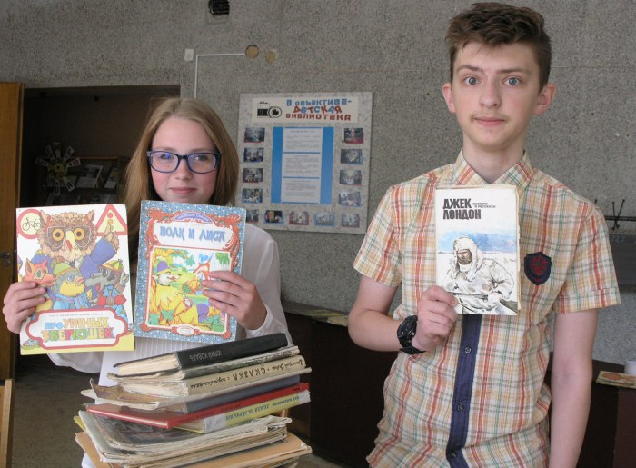 парень и девушка с книгами