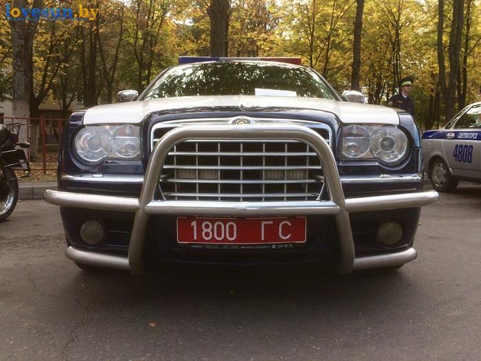 den-goroda-2016-avto-kraysler-300-s