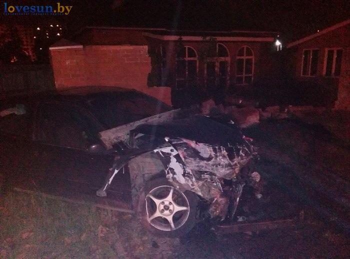 ДТП авто врезалось в кирпичный забор 08.10.2016