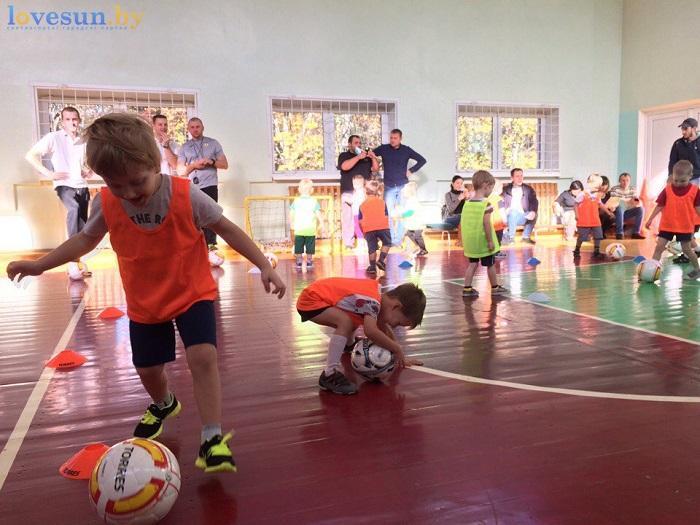 otkryitie-detskoy-futbolnoy-shkolyi-yunior-16-10-2016-deti-myach