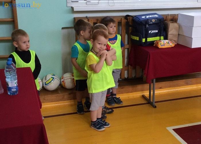 otkryitie-detskoy-futbolnoy-shkolyi-yunior-16-10-2016-malchik