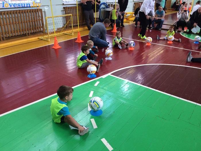 otkryitie-detskoy-futbolnoy-shkolyi-yunior-16-10-2016-rastyazhka