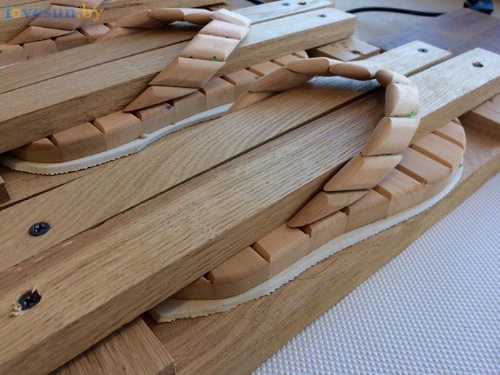 деревянные шлёпанцы для бани под прессом 2