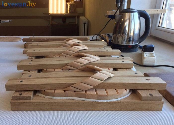 деревянные шлёпанцы для бани под прессом
