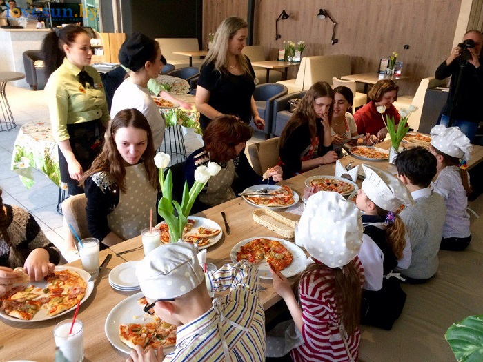 дети в пицца смайл мастер-класс 09.03.17 кушают