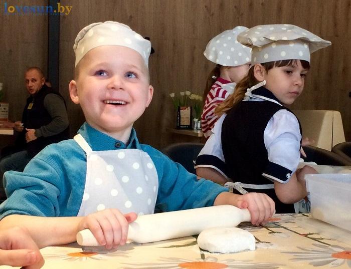 дети в пицца смайл мастер-класс 09.03.17 мальчик улыбается