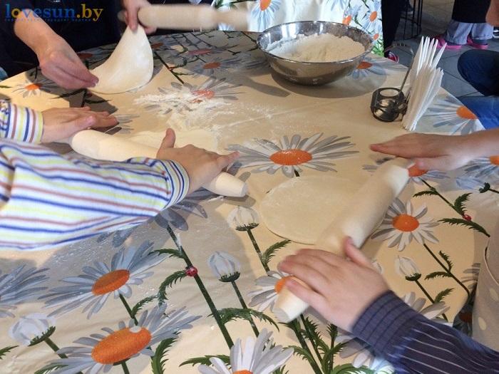 дети в пицца смайл мастер-класс 09.03.17 тесто скалка
