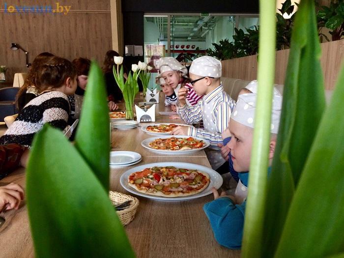 дети в пицца смайл мастер-класс 09.03.17 за столом 2