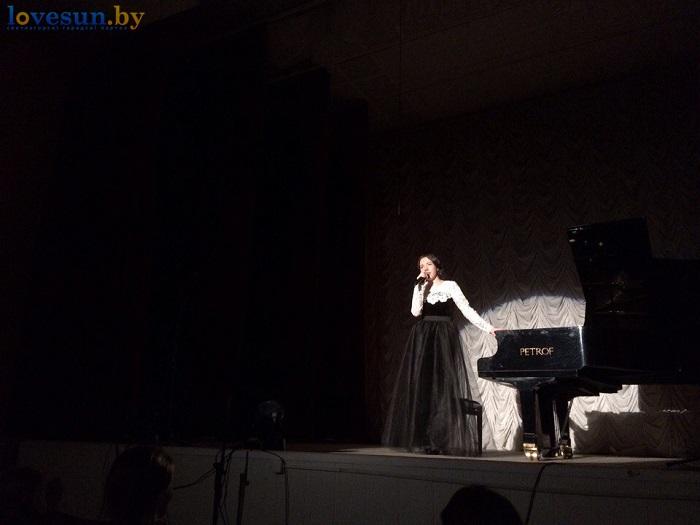 Анна садоводова играет на роеле (пианино фортепиано) девушка музыка микрофон сцена