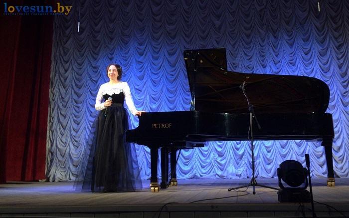 Анна садоводова играет на роеле (пианино фортепиано) девушка музыка микрофон