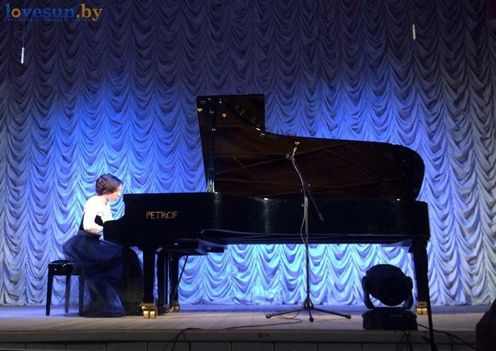 Анна садоводова играет на роеле (пианино фортепиано) девушка музыка