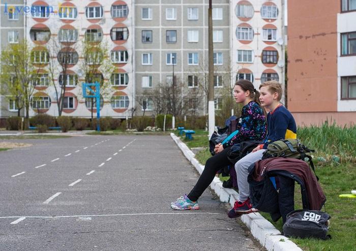 Тренировка Алтимат (Фрисби) 15.04.2017 девочка и мальчик сидят на лавка кроссовки