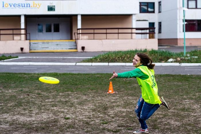 Тренировка Алтимат (Фрисби) 15.04.2017 девушка бросает диск