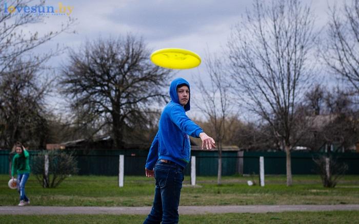 Тренировка Алтимат (Фрисби) 15.04.2017 парень бросает диск