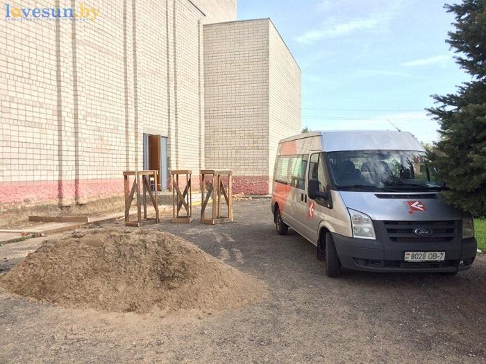 Кинотеатр Спутник Спадарожник в Чирковичах перед открытием 04.05.2017 форд транзит