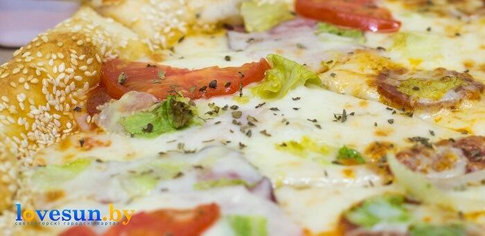 Пицца Мафия готовая с помидором и кунжутом еда 2