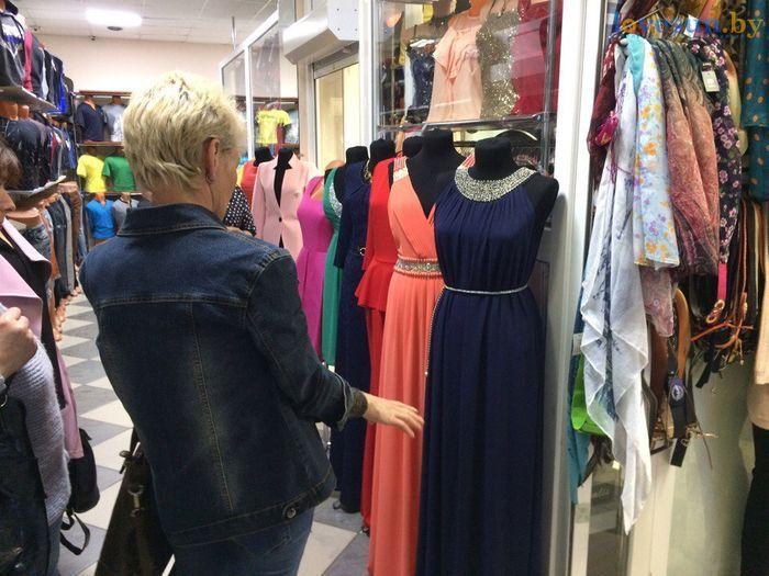 торговый центр Пассаж магазин товары выбирают платья покупатели
