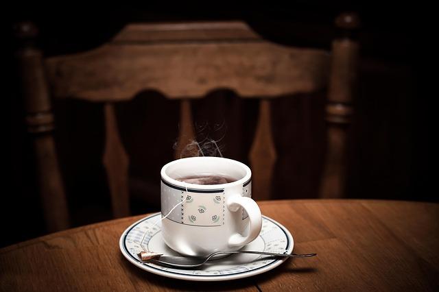 горячий чай в кружке кипяток на столе