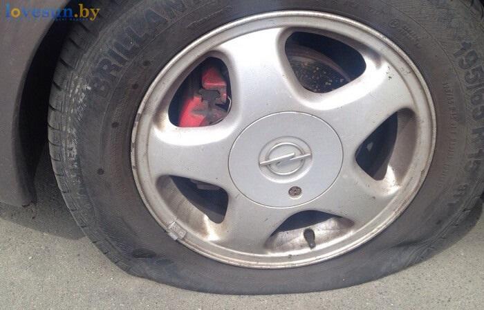 на автомобиле опель порезали покрышки на литом диске