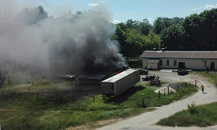 пожар на автостоянке возле полуприцепа 3